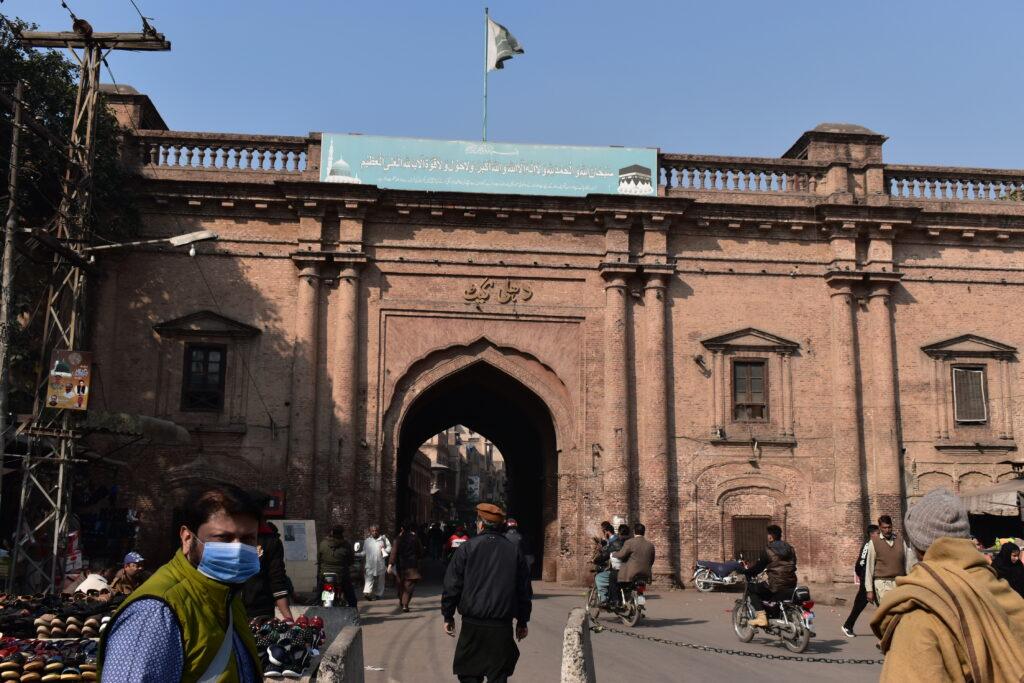 A Delhi-kapu, Lahor óvárosának egyik bejárata - Bal elöl pedig az idegenvezetőnk