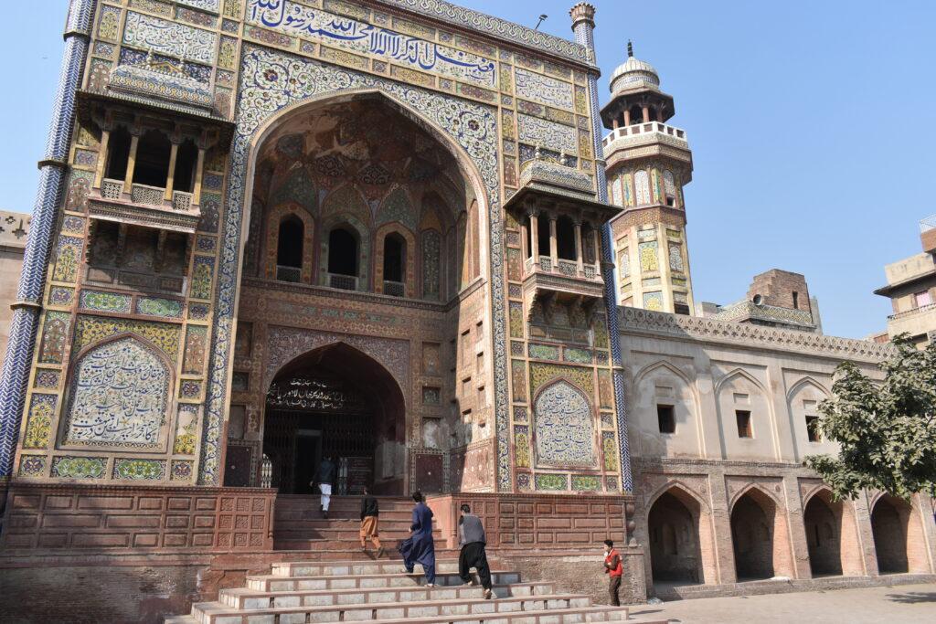 A Wazir Khan mecset majdnem teljes terjedelmében