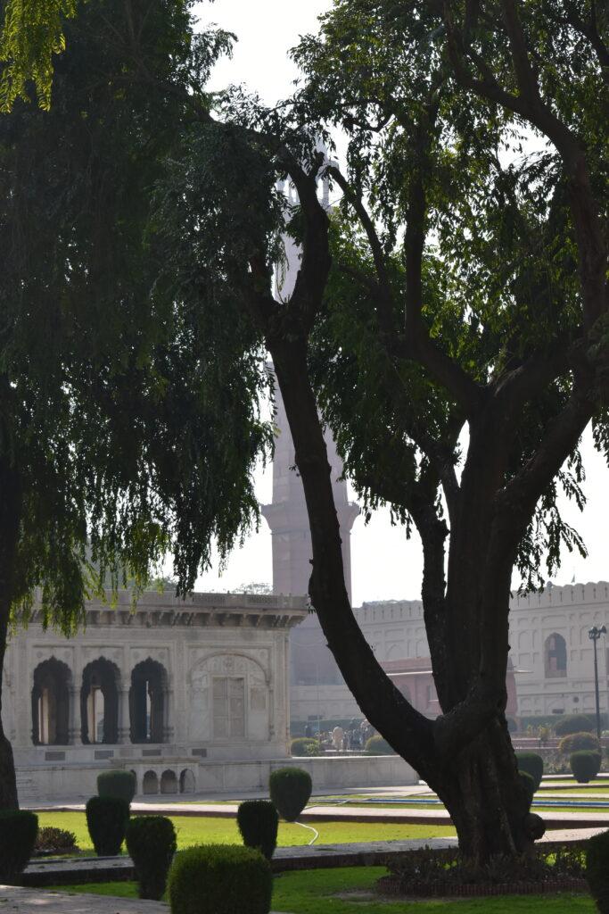 Hazuri Bagh - a háttérben a Badshahi mecset bejáratával