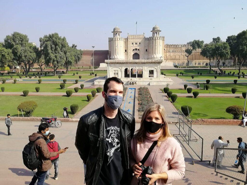 Az idegenvezetőnk rólunk is lőtt egy képet ezzel a monumentális háttérrel :)