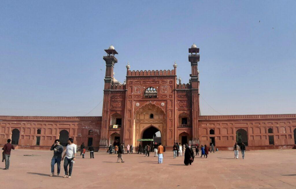 A Badshahi mecset bejárata a mecset elől fotózva