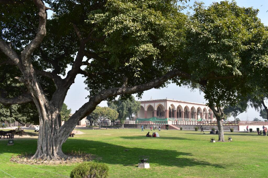 A jelenlegi Diwan-i-Aam egy rekonstrukció, amelyet a brit korszakban készítettek
