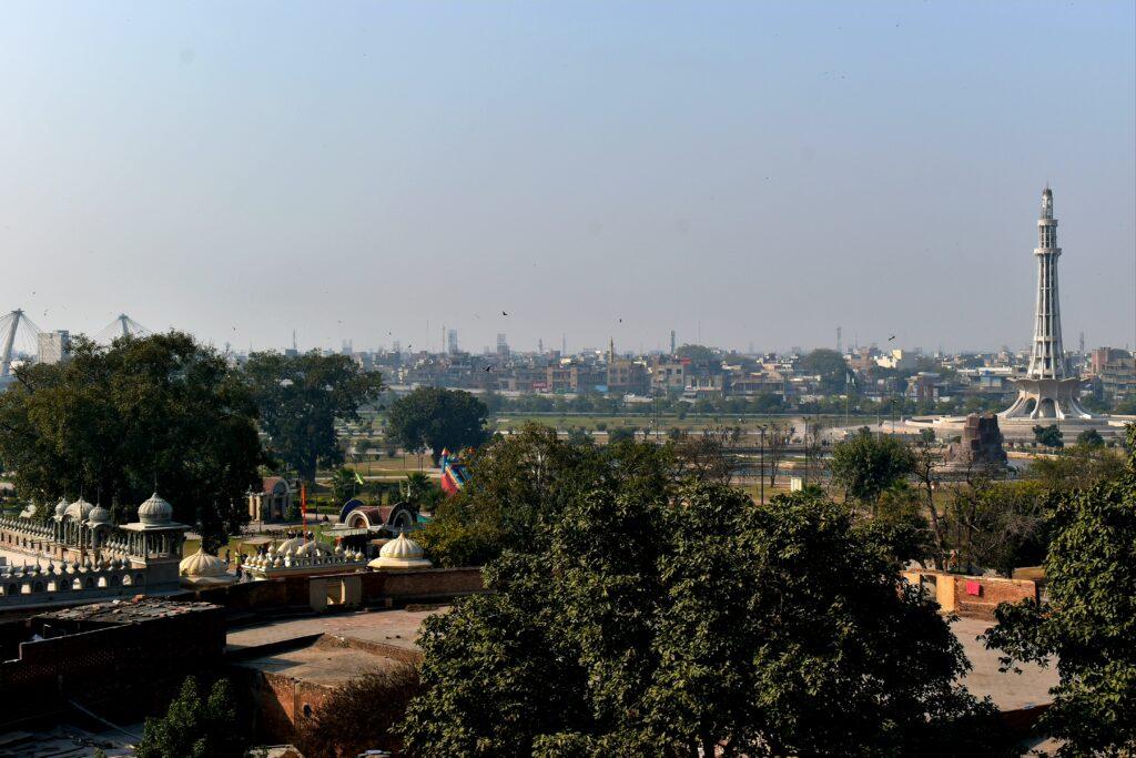 Látkép az erődből, jobb oldalon a városképi jelentőségű Minar e Pakistan
