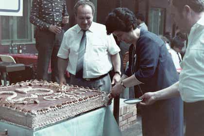 1985 -Papp Ferenc igazgató a 25 éves jubileumi torta mellett.