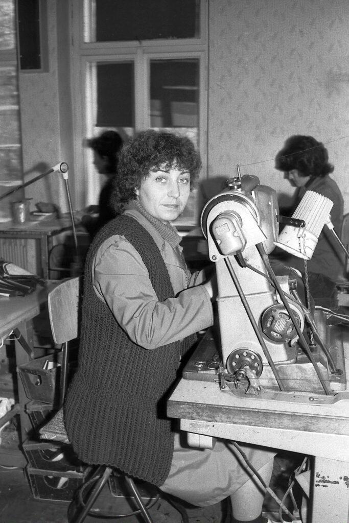 1981 – egy varrónő Pfaff villanygépen dolgozik.