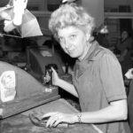 1983 – a szabász a stanckés illesztésével próbál takarékoskodni a bőrrel.