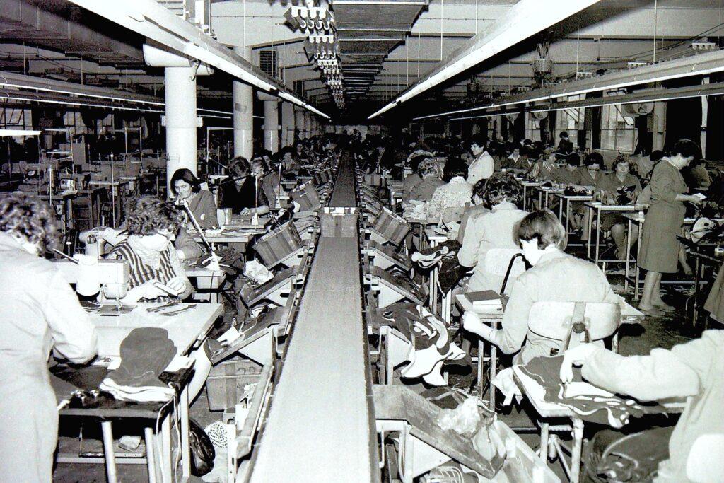 1975 – a Solid varrodájúa, ahol egy váltásban 200 varrónő dolgozott. A négy váltásban több mint 800 nő munkahelye violt.