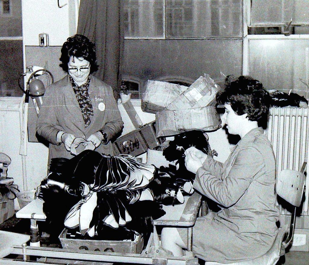 1975 – minőség-ellenőrzés a varrodában.