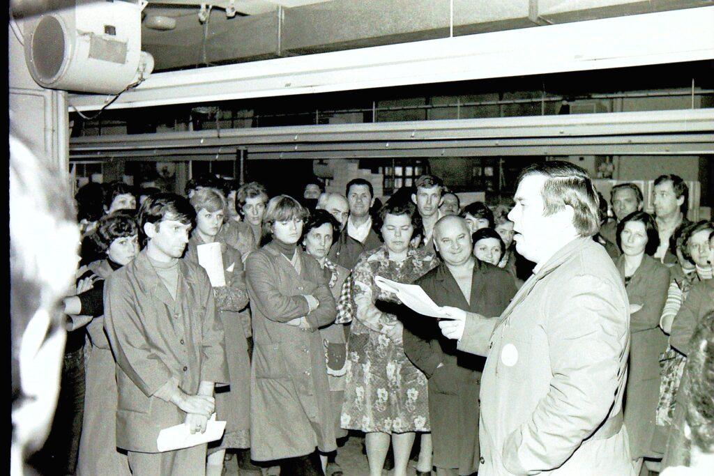 1980 – a műszaki vezető rövid eligazítást tart.