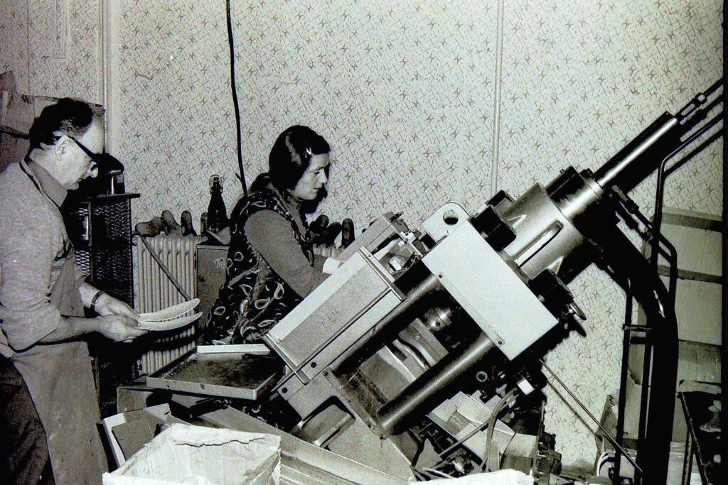 1979 – a mester betanítja az új munkaerőt.