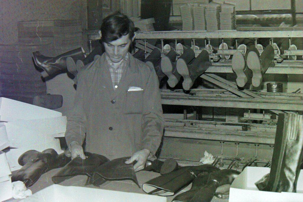 1979 – minőség ellenőrzés az amerikai exportra készülő csizmáknál.
